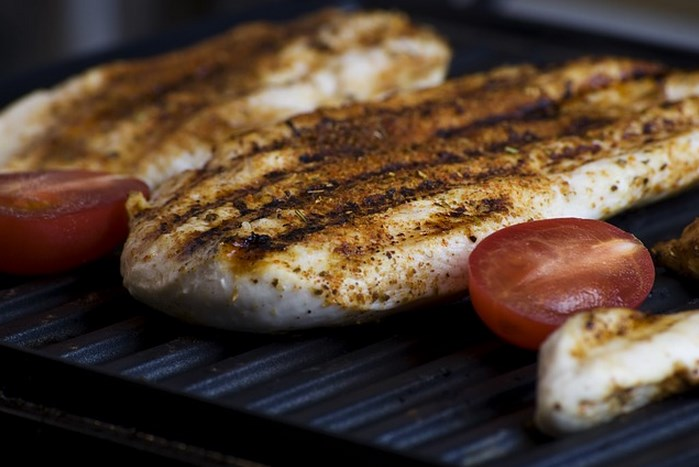Lijepo pečeno meso na roštilju.