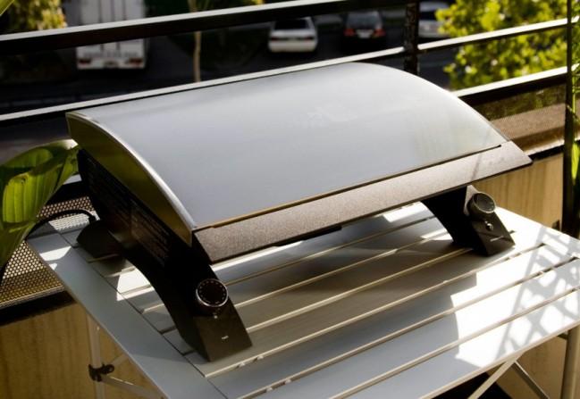 I električni roštilj možete odnesti vani i uživati u pečenju.